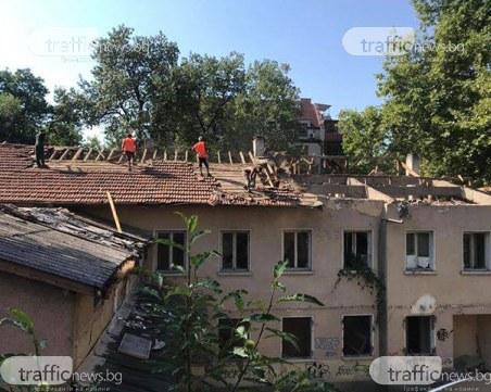 Подготвят терена за новия многоетажен паркинг в центъра на Пловдив, бутат бившия ТЕЛК