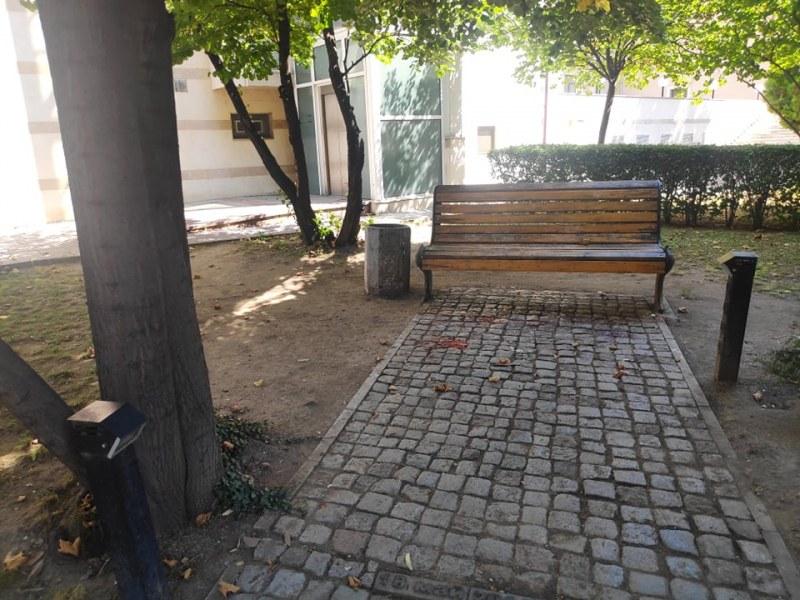 Пак оскверниха пейката на Борис Христов! Къде са полиция и община?