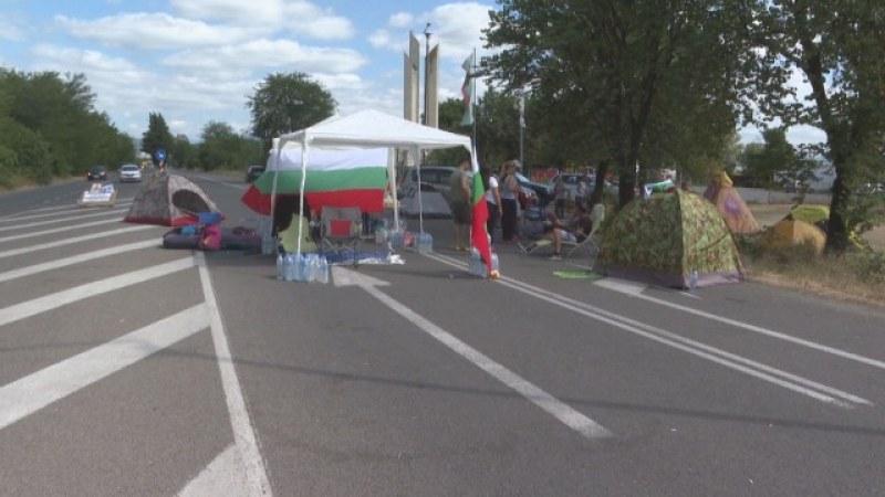 Палатки шести ден блокират пътя Стара Загора - Хасково