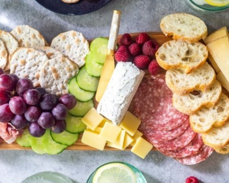 Перфектният летен поднос с вкусни мезета - просто подредете продуктите