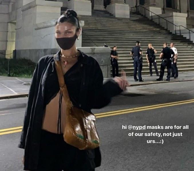 Бела Хадид показа среден пръст на полицаи, които не носят маски