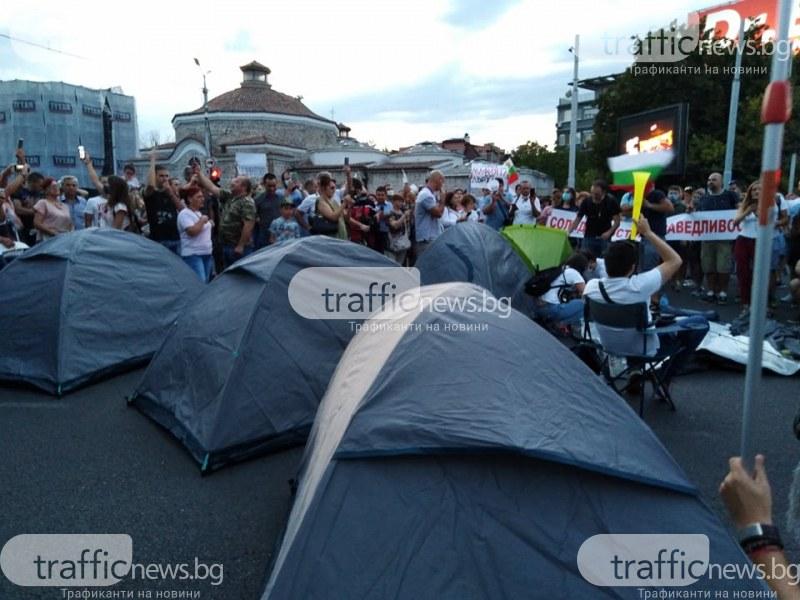 Протестиращи вдигнаха палатков лагер в пловдивско кръстовище НА ЖИВО