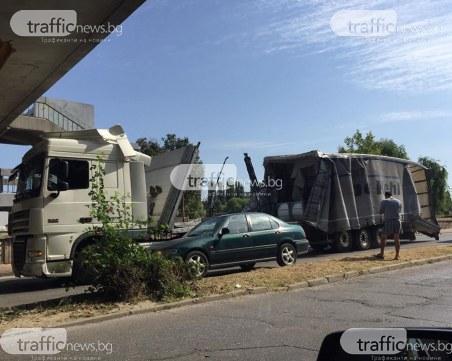 Камион се вряза в моста на УХТ, ремаркето е смачкано