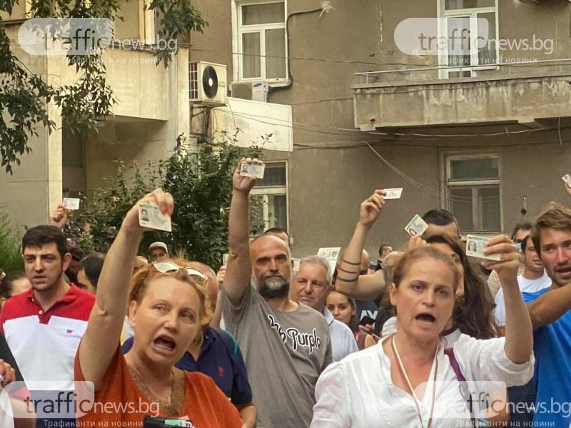 Напрежение в Пловдив! Протестиращи обсадиха сградата на МВР, крещят: Легитимирайте се!