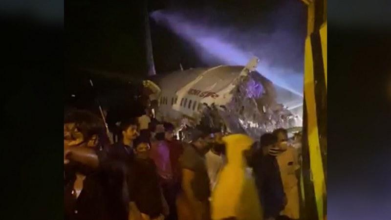 Самолет със 191 души се разби! Машината се е разцепила на две на летището в Индия