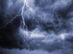 Гръмотевичните бури продължават! Ето в кои части на страната валежите ще са най-интензивни