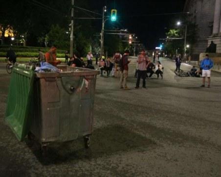 Протестиращи местят пейки и кофи за боклук - МВР показа видео от снощи