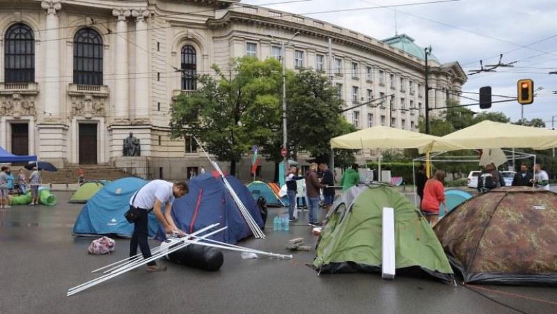 Спокойно начало на протестите в София, направиха кордон за пожарни и линейки на Орлов мост