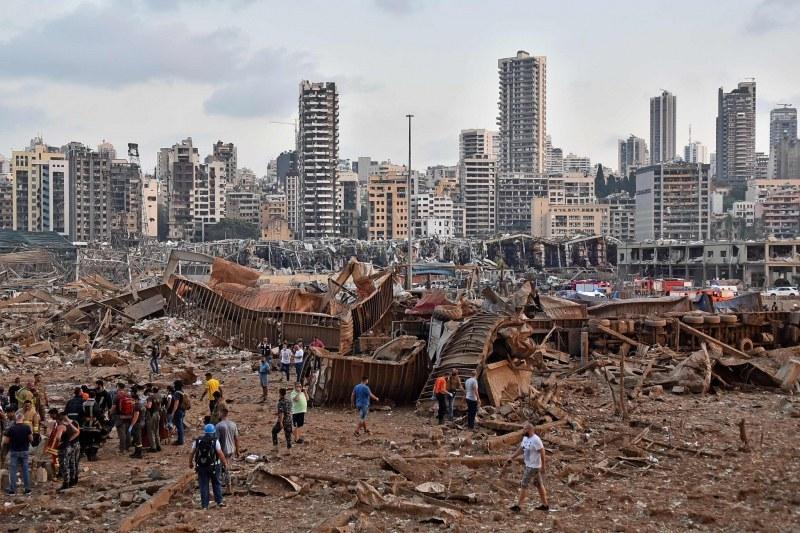 Огромен кратер зейна след взрива в Бейрут
