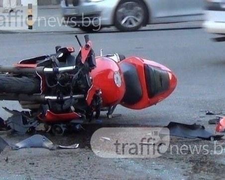 Моторист и 20-годишно момиче пострадаха при катастрофа край Карлово