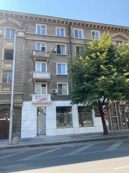 Архитектурни извращения! Кой бездарник се упражнява върху тази класическа сграда?