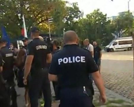 Протестиращи посрещат депутатите пред НС, замерят сградата с яйца