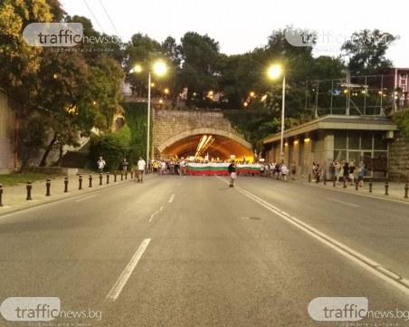 Протестиращите блокираха булеварда, пеят химна в тунела