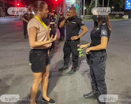 Роза за една от полицайките, задържаха протестиращ