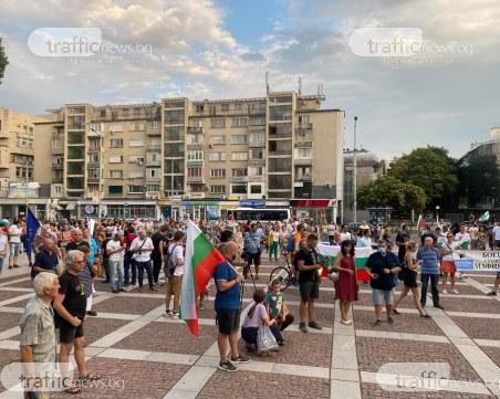Свирят химна с тромпет на протеста в Пловдив