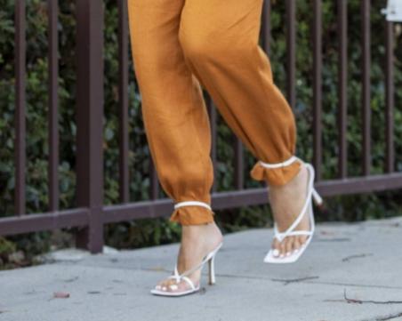 Tрик, който удължава краката - вържете сандалите към панталоните