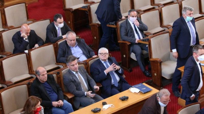 Провал! Извънредното заседание на парламента пропадна