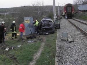 Влак блъсна кола на прелез, има пострадали