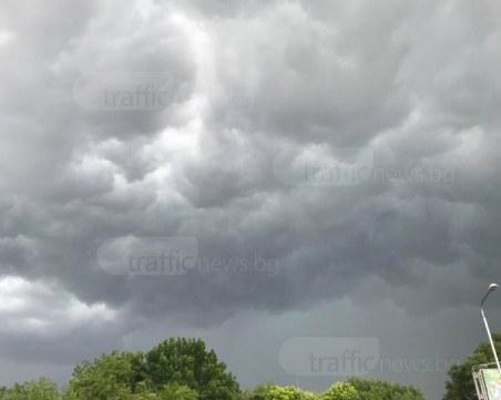 Порои и бури в едната част на България, в другата – слънце и силен вятър