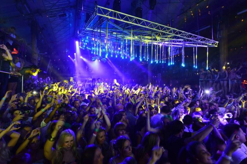 Затварят всички нощни клубове в Испания