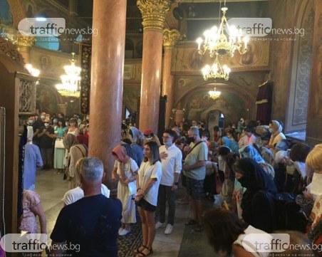 """Пловдивчани изпълниха храма """"Успение Богородично"""", молят се за здраве"""