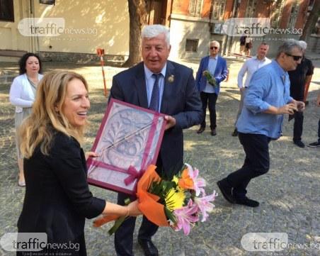 Зико посрещна именичката Марияна Николова с дърворезба и цветя