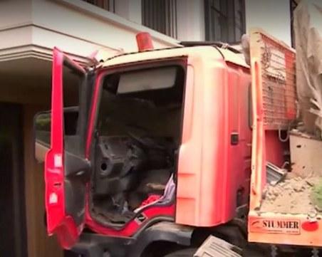 Камион се вряза в жилищна сграда във Варна