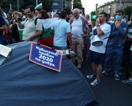 Софиянци пренасят палатковите лагери на пловдивски кръстовища
