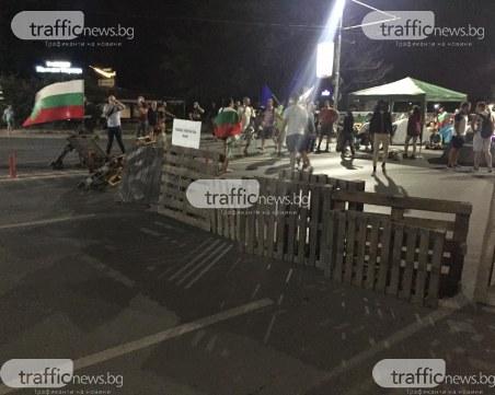 Блокираха моста на Панаира с палети и автомобилни гуми