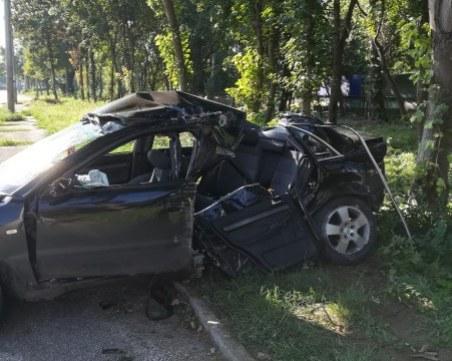 Кола се заби в уличен стълб, 18-годишно момче загина на място