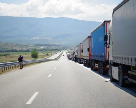 Огромна тапа на Дунав мост, шофьори чакат с часове