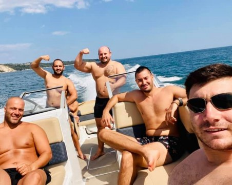 La dolce vita!  Пловдивски бохеми кръстосват морета и язовири с луксозна яхта