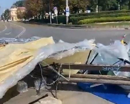 Нападнаха палатковия лагер пред Софийския университет, хвърляха павета