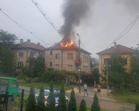 Мълния запали покрива на къща