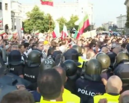 Напрежението ескалира! Протестиращи и полиция блокираха центъра на София НА ЖИВО