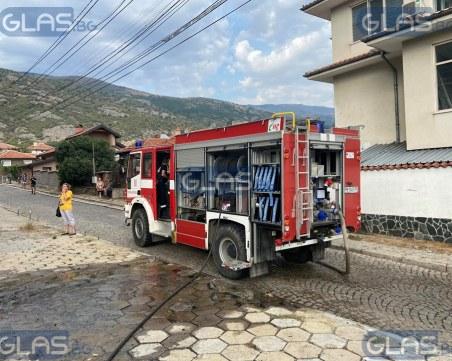 Навес пламна под жилищен блок в Сопот, евакуират хора
