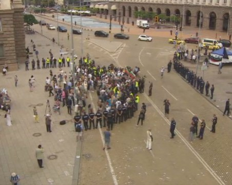 Отново сблъсъци между протестиращи и полицаи в София