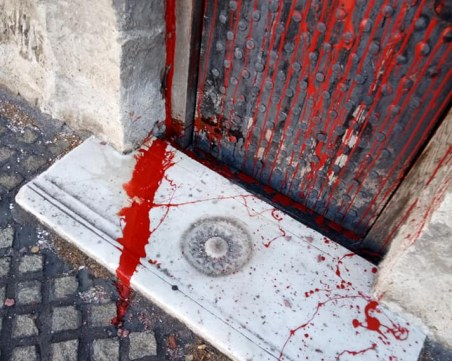 Поругаха църквата, в която се смята, че е погребан Левски