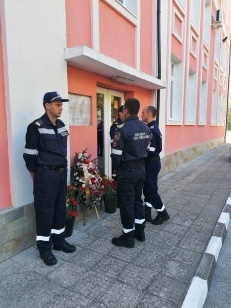 Пожарникари почетоха свой колега, загинал в огнена стихия