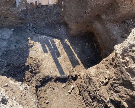 Масивен зид и антична керамика откриха археолози при ВиК ремонт в Пловдив