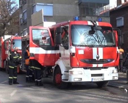 Деца се покатериха на училищен покрив, пожарникари ги свалят със стълба