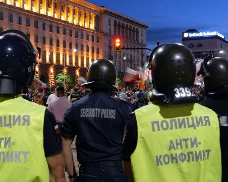 Полицията отведе мъж от протеста в София