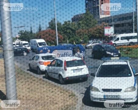 Катастрофа в Пловдив! Бус на охранителна фирма се преобърна в кръгово