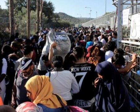 Разпръснаха с газ протестиращите пред лагера в Лесбос