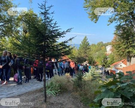 Десетки хора продължават да се стичат на Кръстова гора