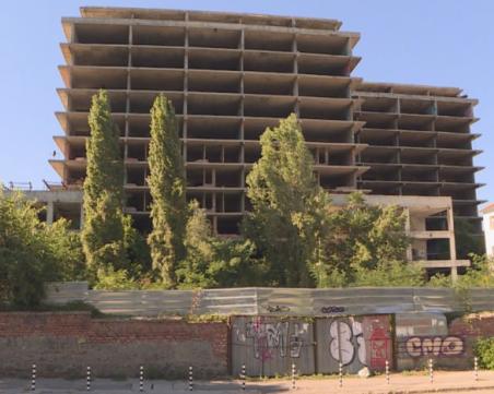 Събарят строежа в двора на Александровска, строят нова сграда