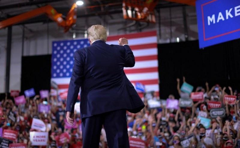 Тръмп наруши противоепидемичните мерки, събра хиляди на закрито