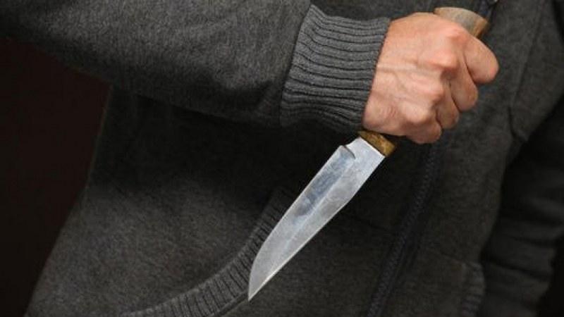 Мъж намушка с нож жена си