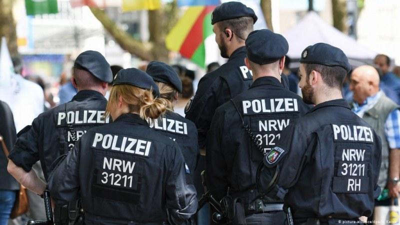 29 немски полицаи обвинени в споделяне на снимки на Хитлер