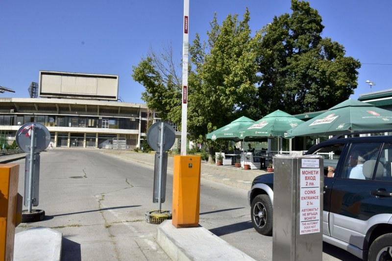 150 безплатни паркоместа край Гребната база, сложиха автоматични бариери за платената част